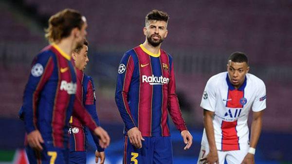 Mbappe (áo trắng) khiến hàng thủ Barca hoạt động vất vả suốt trận đấu tối 16/2 và châm ngòi cho cuộc khẩu chiến giữa Pique (thứ hai từ phải sang) và đồng đội Griezmann (ngoài cùng bên trái). Ảnh: Twitter.