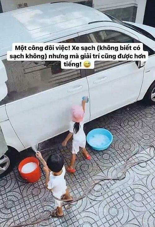 Hai con nhà Tăng Thanh Hà giúp bố mẹ rửa xe năm mới.