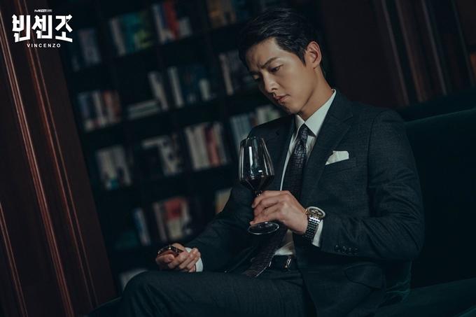 Song Joong Ki trong vai luật sư mafia.