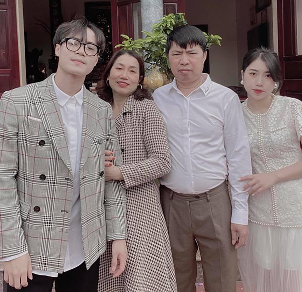 Văn Toàn chụp ảnh kỷ niệm cùng bố mẹ và em gái trong kỳ nghỉ Tết ở quê nhà Hải Dương. Ảnh: VT.
