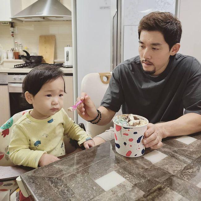 Chồng Yoo và con trai út.