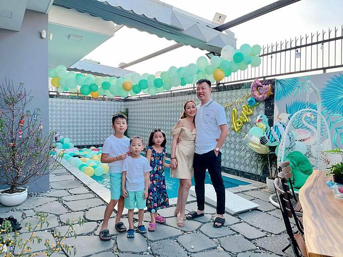 MC Ốc Thanh Vân cho biết tháng 2 là tháng đặc biệt với gia đình cô vì sinh nhật liên tục. Hôm trước Cacao. Hôm nay ba Trí rùa. Mai mẹ Ốc. Mấy bữa nữa bà ngoại.