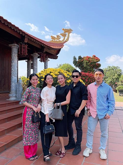 Ưng Hoàng Phúc cho biết đã cùng vợ chồng Lam Trường, Phạm Quỳnh Anh và Lâm Vỹ Dạ có mặt tại nhà thờ Tổ của nghệ sĩ Hoài Linh cầu xin Tổ nghiệp cho anh em nghệ sĩ thật nhiều sức khỏe.