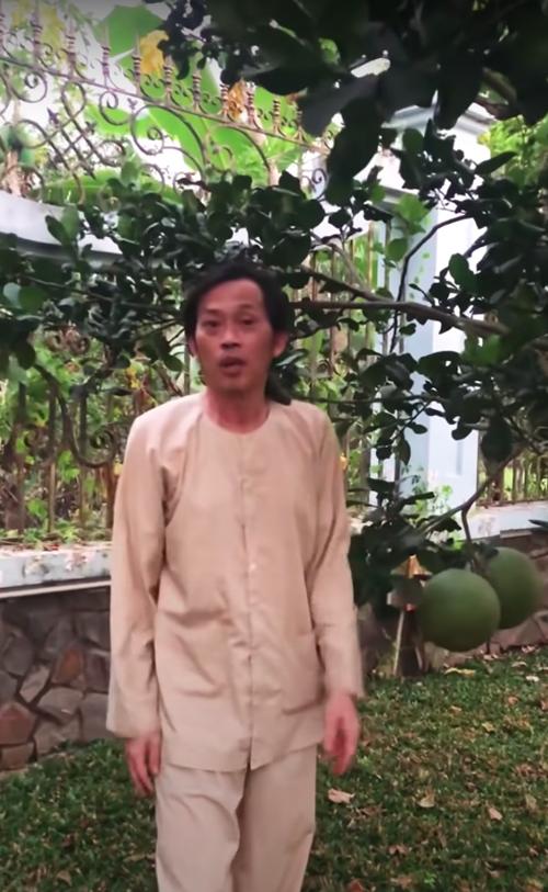 Nhà anh còn trồng vài cây bưởi để ăn tráng miệng. Các trái to và đạt tiêu chuẩn để thắp hương hôm Giao thừa.