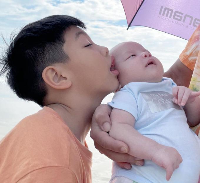 Trong các chuyến du lịch của cả gia đình luôn có mặt Subeo. Cậu bé có biểu cảm gây cười bên em trai Leon.