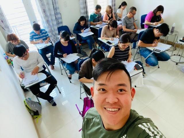 Anh Hùng Phi dạy tiếng Anh để truyền cảm hứng cho bạn trẻ du học trong thời gian làm việc trực tuyến cho công ty ở Canada