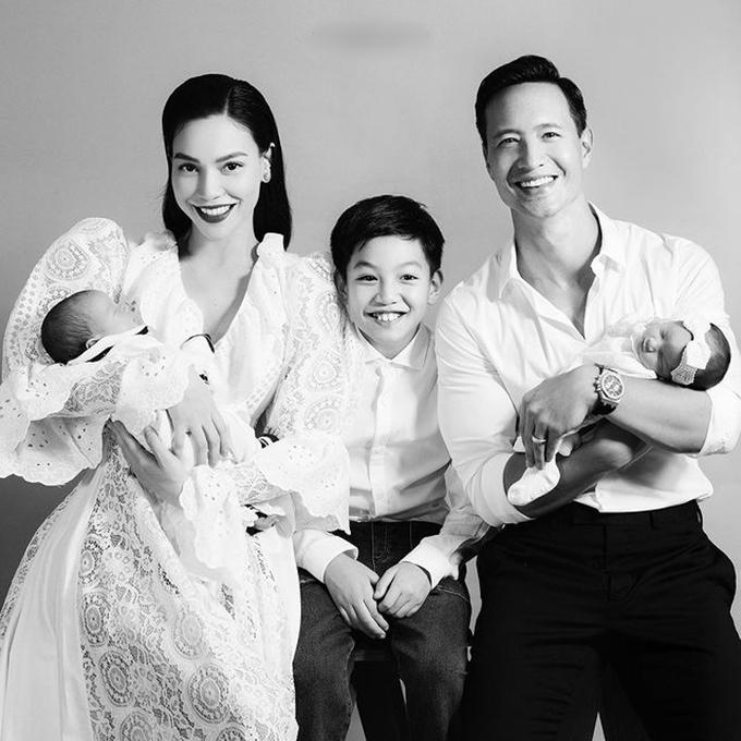 Cậu bé rất thích khi chụp ảnh gia đình với mẹ, cha dượng và hai em bé hồi các bé khoảng 1 tháng tuổi. Hồ Ngọc Hà tiết lộ con trai từng không thích có em nhưng dần thay đổi suy nghĩ khi lớn hơn. Khi trở thành anh hai, Subeo trở nên chững chạc, ra dáng anh cả.