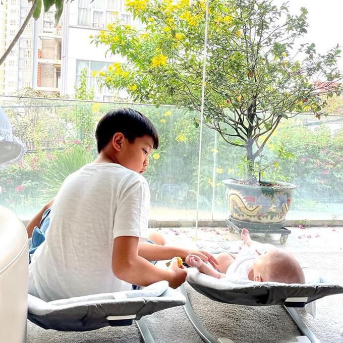 Hai anh em cùng sưởi nắng qua ô cửa sổ kính. Subeo thích các em, hay ghé chào em trước giờ đi học.