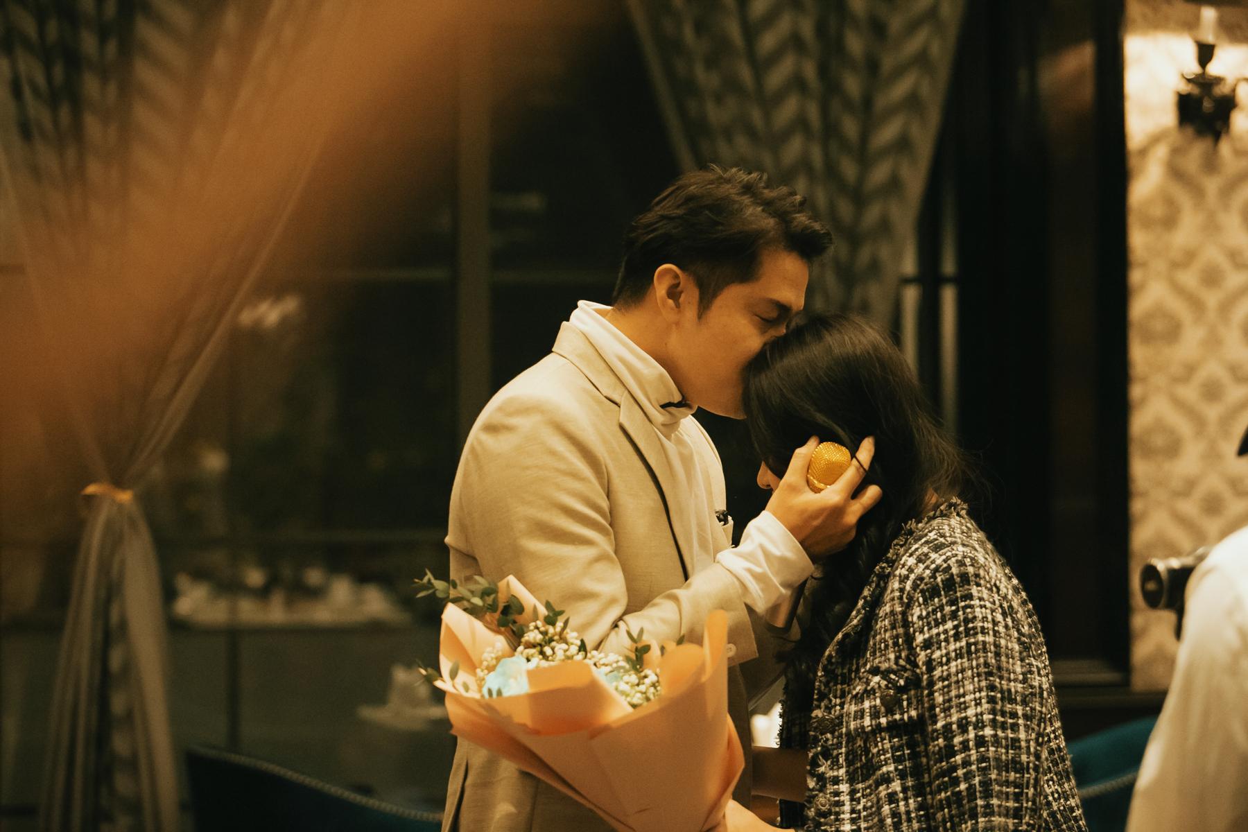 Cố diễn viên trao nụ hôn tình cảm đến bạn gái.