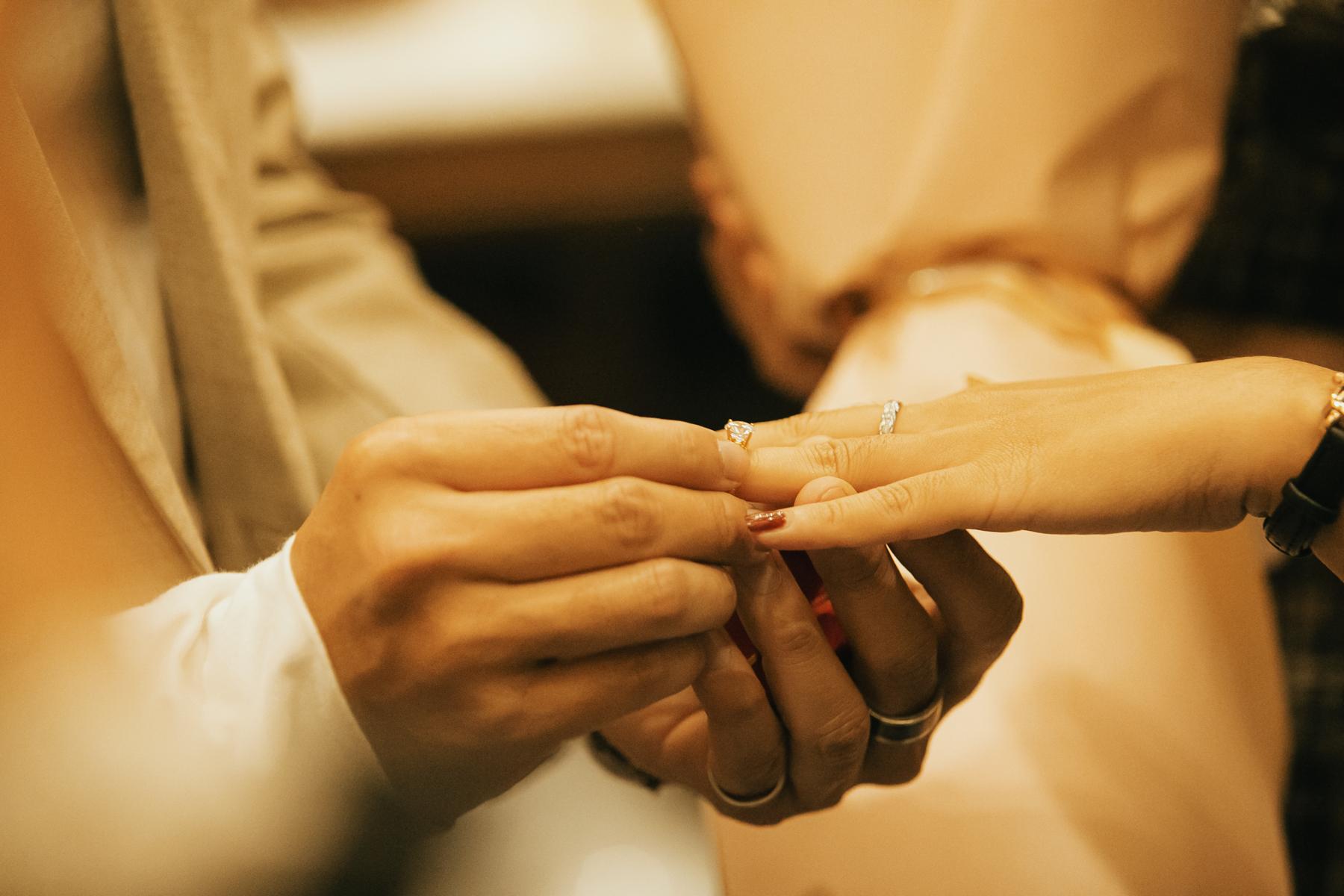 Khoảnh khắc thiêng liêng đánh dấu tình yêu của cặp đôi.
