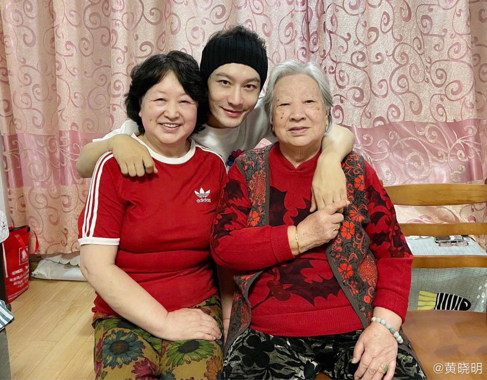 Ảnh anh chụp cùng mẹ và bà trong đêm giao thừa cho thấy tin đồn sai sự thật.