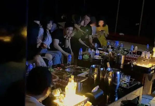 Huỳnh Hiểu Minh vui chơi với các cô gái.
