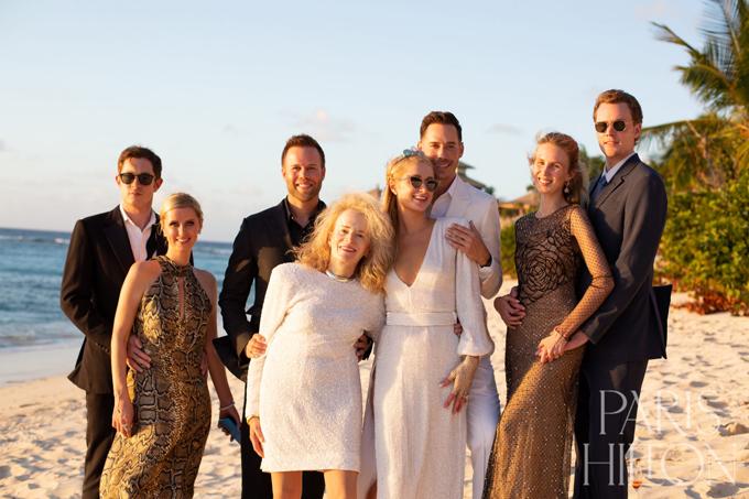 Gia đình hai bên chúc mừng Paris và Carter đính hôn.
