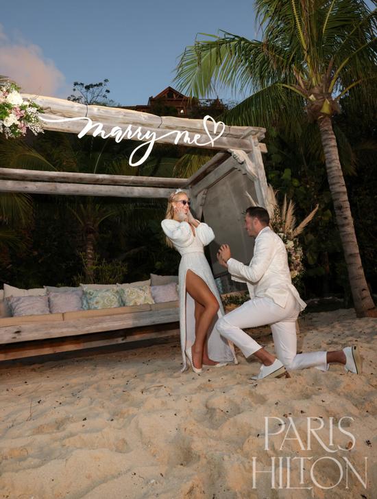 Paris Hilton được bạn trai cầu hôn trên bãi biển.