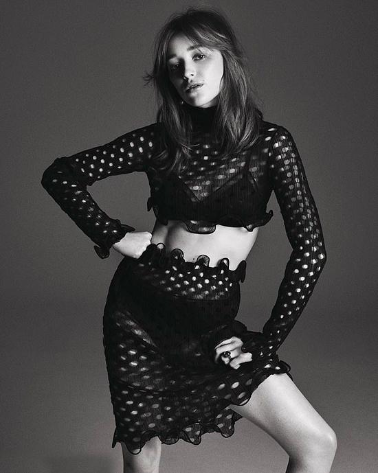 Phoebe Dynevor cao 165 cm, có thân hình mảnh mai. Vẻ đẹp mong manh của cô được ví với hai đàn chị nổi tiếng là minh tinh Keira Knightley và Natalie Portman.