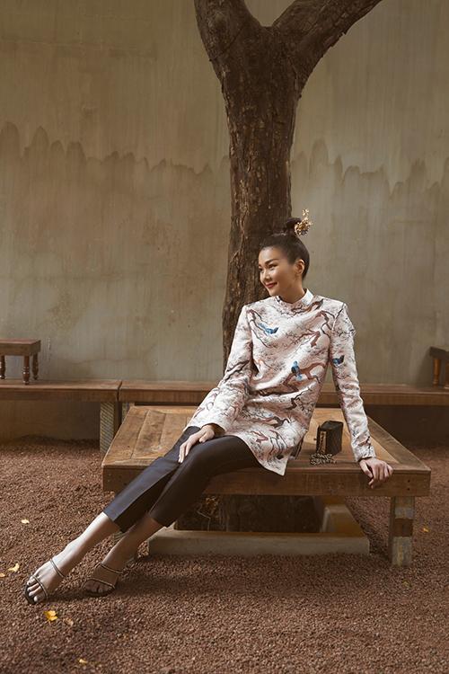 Khi diện mẫu áo được ấy cảm hứng từ trang phục truyền thống, Thanh Hằng chọn quần âu ống đứng, túi Chanel để thể hiện vẻ đẹp giao hoà giữa nét truyền thống - hiện đại.