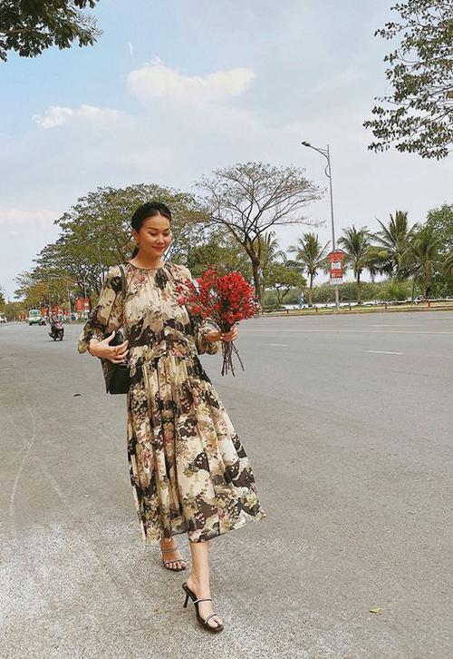 Váy suông in hoạ tiết, kiểu dáng mang tính ứng dụng cao được Thanh Hằng mix cùng bộ phụ kiện đồng điệu sắc đen.