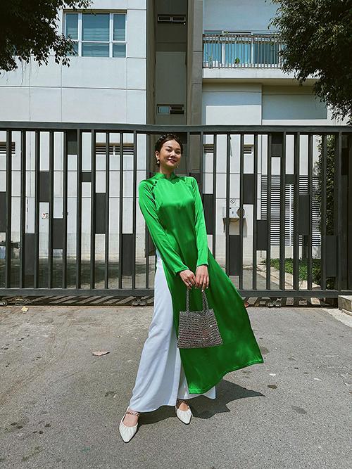 Á dài cổ điển tông xanh lá được Thanh Hằng sử dụng để xuất hành đầu năm.