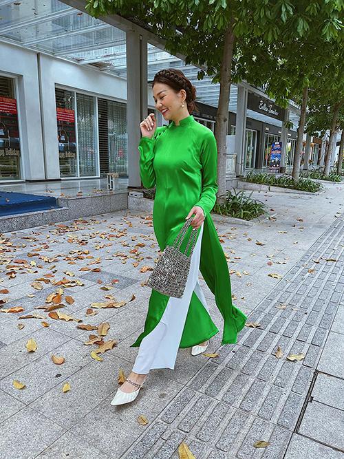 Siêu mẫu chọn túi đan thủ công, tết tóc điệu đà khi diện mẫu áo khơi gợi vẻ đẹp thuỳ mị của phụ nữ Việt.