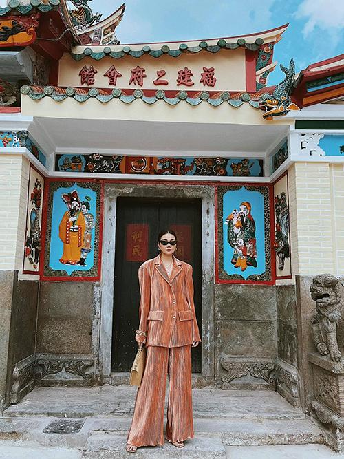Suit dáng rộng nằm trong bộ sưu tập mới của Công Trí được Thanh Hằng chọn mặc để đi lễ chùa đầu năm.