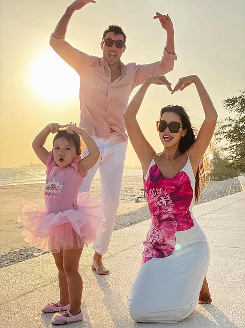 Gia đình siêu mẫu Hà Anh tạo dáng pose hình khi đi nghỉ dưỡng tại một resort ở Bình Thuận.