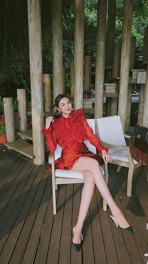 Đôi chân dài trứ danh làng mốt được khoe trọn vẹn qua thiết kế váy ngắn tông đỏ tươi.