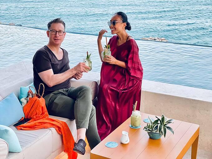 Ca sĩ Đoan Trang cùng chồng Tây thư giãn khi nghỉ dưỡng tại Nha Trang.