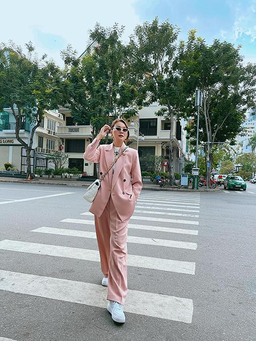 Xuống phố gặp gỡ bạn bè vào những ngày đầu năm Tân Sửu, nữ diễn viên Chị chị em em chọn suit hồng pastel để tôn nét trẻ trung.