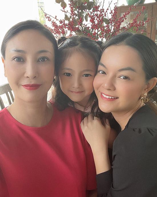 Hai người đẹp chụp ảnh cùng bé Vivian - con gái Hà Kiều Anh.