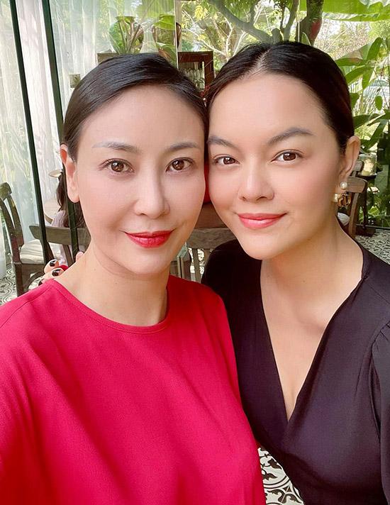 Khi khoe ảnh chụp chung, Hà Kiều Anh và Phạm Quỳnh Anh được nhiều bạn bè, khán giả khen xinh đẹp và gọi là hai hoa hậu.