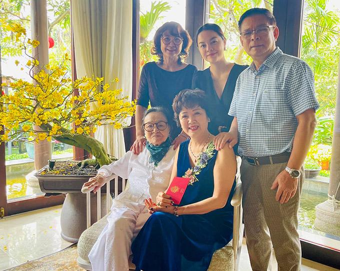 Bố mẹ Phạm Quỳnh Anh (ngồi và đứng ngoài cùng bên phải) cũng có mặt trong buổi hội ngộ đại gia đình đầu xuân.