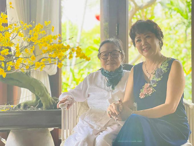 Mẹ Phạm Quỳnh Anh (phải) nắm tay, chúc bà ngoại Hà Kiều Anh luôn mạnh khoẻ, vui vẻ bên con cháu.