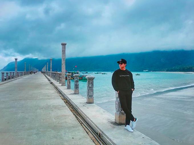 Bạn trai tin đồn của Mỹ Tâm check in trong một chuyến du lịch biển mà ngỡ như ở trời Tây. Mai Tài Phến tên thật là Mai Đại Bình, sinh năm 1991 tại Bạc Liêu. Anh bắt đầu được chú ý sau khi xuất hiện trong MV đình đám của ca sĩ Hương Tràm mang tên Em gái mưa với vai diễn thầy giáo.