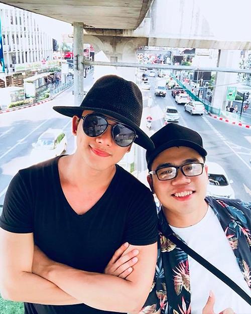 Lần khác, chàng trai Bạc Liêu có cơ hội sang Bangkok (Thái Lan) du lịch, check in tại địa điểm kinh điển  mà nhiều sao Việt cũng từng thử qua, đó là trên cầu vượt đi bộ.