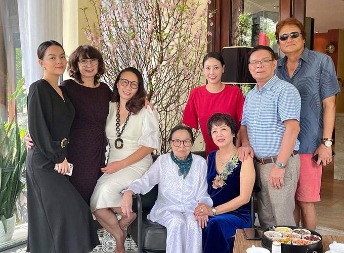 Đại gia đình bên ngoại của Hà Kiều Anh sum họp hôm mùng 5 Tết tại biệt thự của cô.