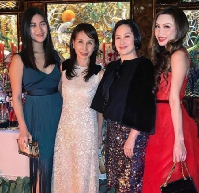 Hà Tư Hành và em gái (ngoài cùng bên trái) và mẹ, dì Hà Siêu Quỳnh.