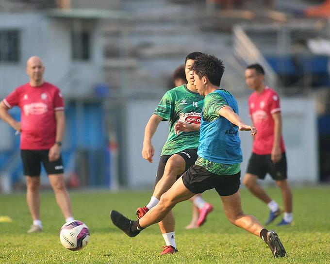 Lee Nguyễn tranh chấp với đồng đội trước khi dính chấn thương. Ảnh: CLB TP HCM.