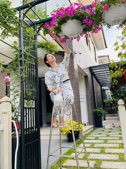 Từ ngày có mảnh vườn riêng, cô giữ thói quen thăm vườn mỗi ngày.