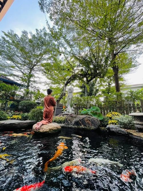Nhật Kim Anh dựng tượng phật trong vườn để tiện thờ cúng. Cô tin vào Phật nên có thói quen ăn chay, đọc kinh và phóng sinh nhiều năm nay.