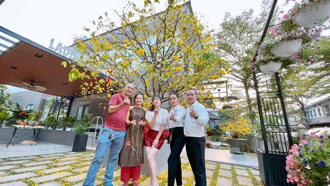 Nhật Kim Anh thích mời bạn bè tới nhà chơi và thưởng thức khu vườn của mình.