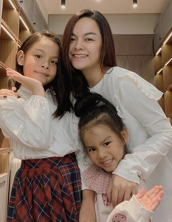 Các con là nguồn năng lượng tuyệt vời giúp tôi phấn đấu mà không ngại mệt mỏi, Phạm Quỳnh Anh chia sẻ. Nữ ca sĩ vẫn lẻ bóng sau ly hôn nhưng hài lòng với cuộc sống độc thân hiện tại.