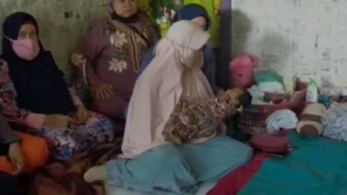 Rất đông người hiếu kỳ tìm đến tận nhà để nhìn Zainah và con gái mới sinh của cô sau khi hay tin cô mang bầu nhờ một làn gió. .Ảnh: O.C.