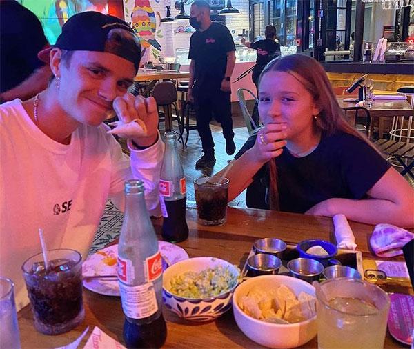 Cậu hai Romeo đưa em gái Harper đi ăn tối. Ảnh: Instagram.