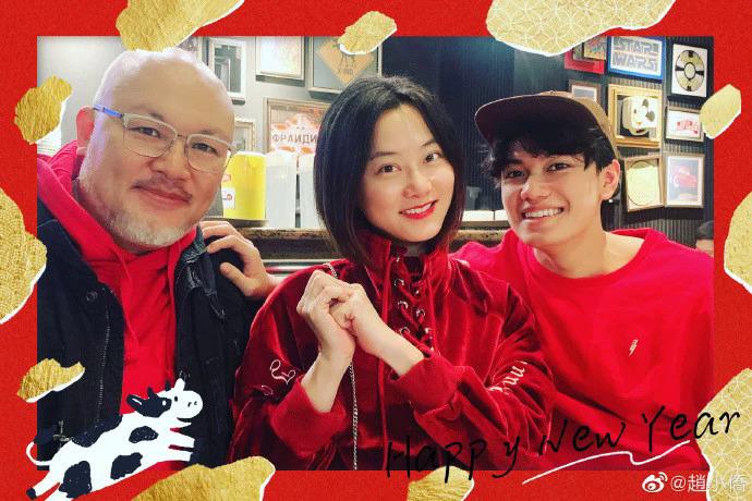 Dịp Tết Nguyên Đán, nữ diễn viên đăng ảnh ba người bên nhau, gia đình rất vui vẻ. Con trai riêng của chồng dường như rất quý mến mẹ kế, biểu hiện vui vẻ, thân thiết.