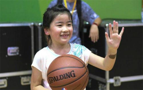 Con gái cựu siêu sao bóng rổ cũng thích chơi bóng rổ giống bố mẹ. Ảnh: INF.