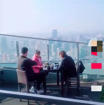 Vợ chồng Yao Ming và con gái ngồi ở sân thượng một khách sạn hạng sang ở Thượng Hải. Ảnh: INF.