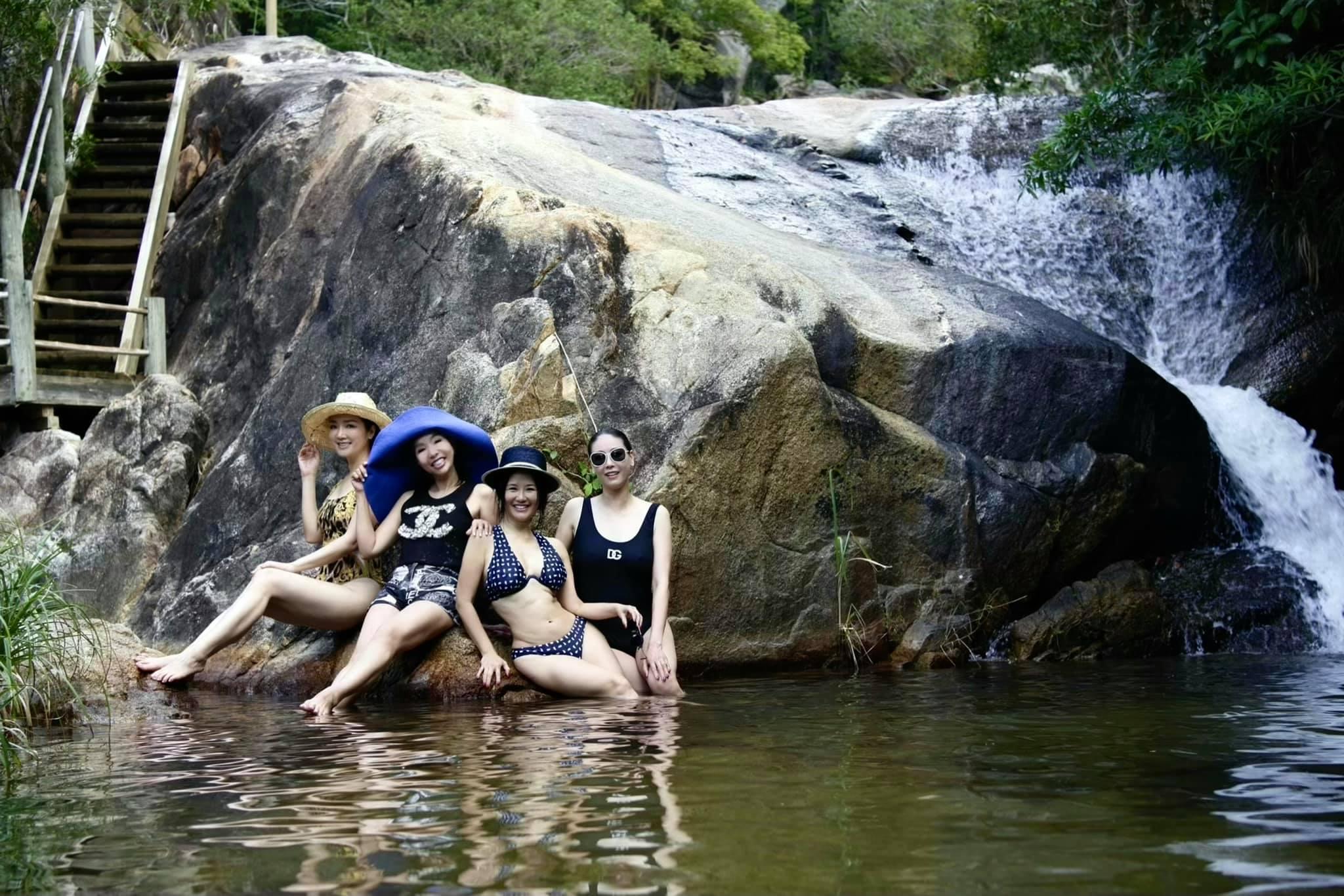Ca sĩ Hồng Nhung đang có chuyến du lịch nghỉ dưỡng tại một resort nổi tiếng ở Nha Trang. Bạn trai cô cùng một số người bạn thân thiết như hoa hậu Hà Kiều Anh, Giáng My... cũng có mặt trong chuyến đi này. Trong ảnh, cô Bống tự tin khoe body săn chắc ở tuổi 50 khiến nhiều người ngưỡng mộ.
