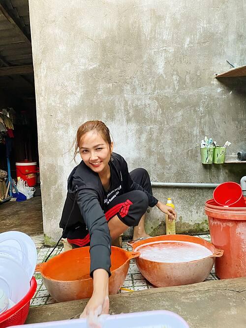 Còn mùng là còn Tết, ăn xong rửa bát là chuyện đương nhiên, hoa hậu HHen Niê chia sẻ.