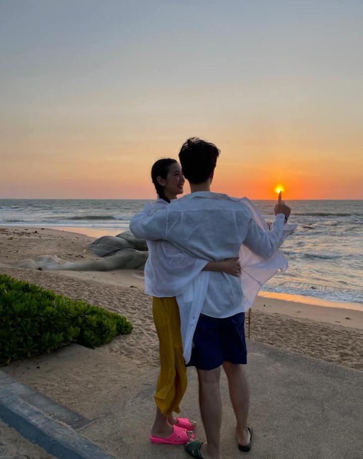 5 giờ sáng, hai vợ chồng Thúy Vân ra biển chụp ảnh với mặt trời mọc. Trước mặt là bờ biển hơn 700m với dịch vụ surfing độc đáo dành cho những người ưa mạo hiểm