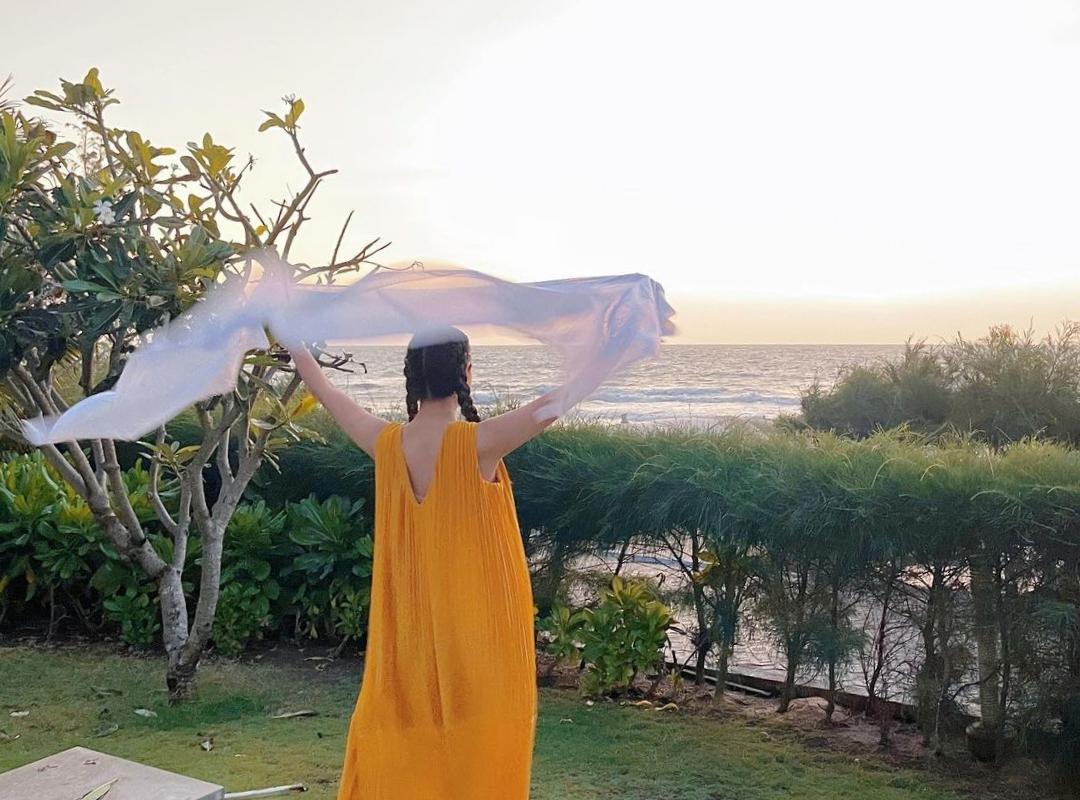 Người đẹp tạo dáng trước biển, cho biết cảm thấy vui vẻ và khỏe hơn hẳn vì được gần gũi với thiên nhiên.